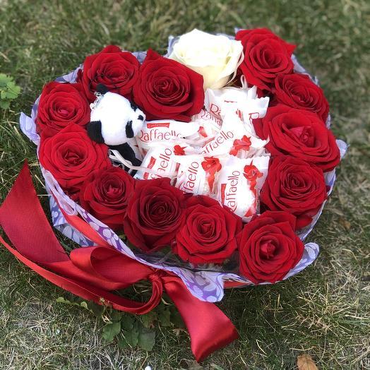 Сердце из роз с конфетами и игрушкой: букеты цветов на заказ Flowwow