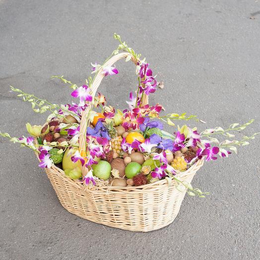 Корзина с экзотическими фруктами и орхидеями