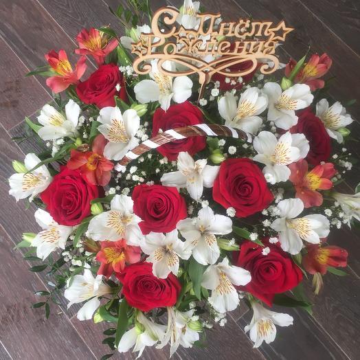 Корзина  роз с нежной Альстромерией
