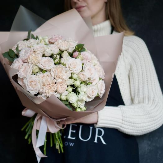 Букет с розами и диантусами в нежной гамме: букеты цветов на заказ Flowwow