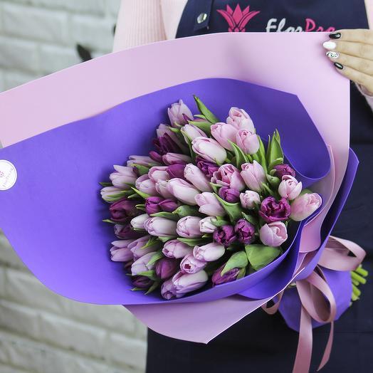 51 розовый и фиолетовый тюльпан в упаковке: букеты цветов на заказ Flowwow