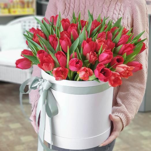 Шляпная коробка с 51 тюльпаном: букеты цветов на заказ Flowwow