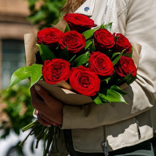 9 бордовых роз с рускусом