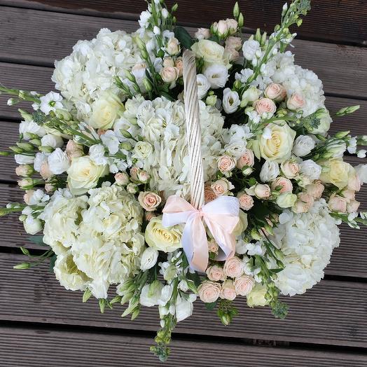 Корзина в бело- кремовых тонах: букеты цветов на заказ Flowwow