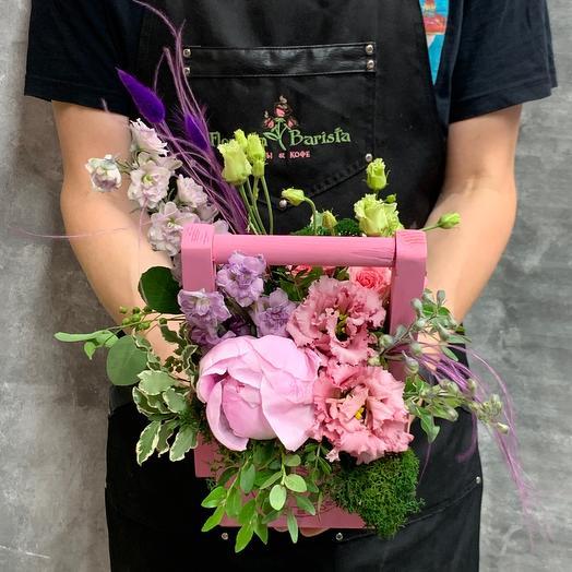 Милая композиция с пионом , натуральным мхом, дильфиниумом и лизиантусом: букеты цветов на заказ Flowwow