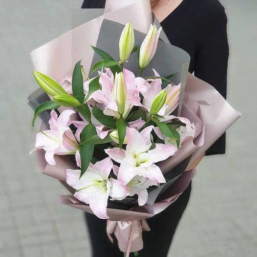 Букет из 5 розовых лилий в упаковке