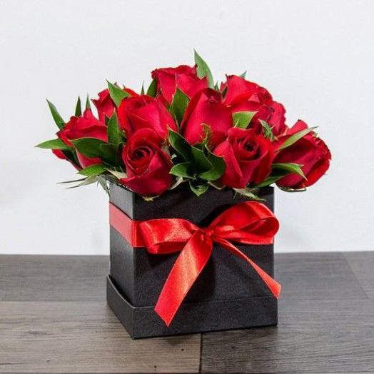 Красные розы в квадратной коробке