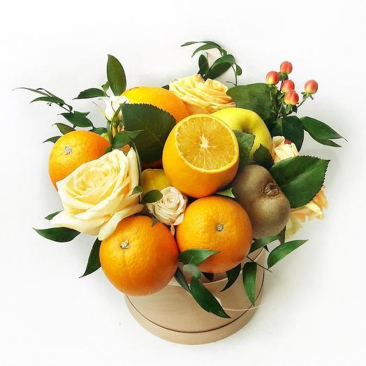 Композиция из цветов и фруктов в шляпной коробке