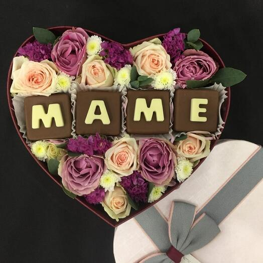 Подарочный набор с шоколадными буквами и живыми цветами