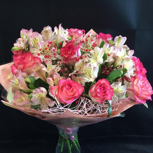 Букет с розами и альстромерией