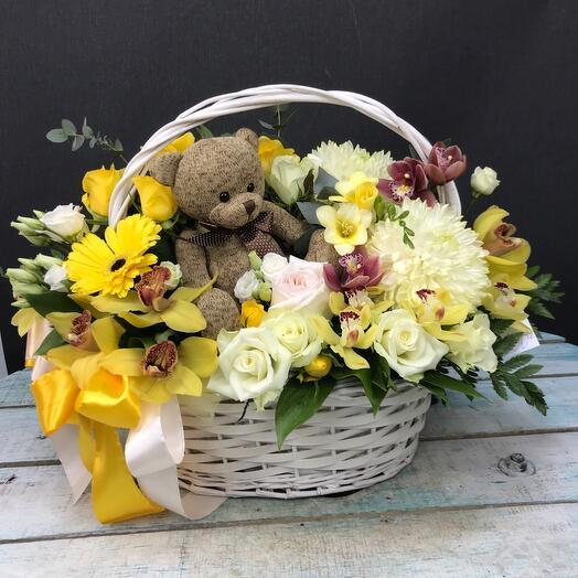 Корзина с цветами и игрушкой