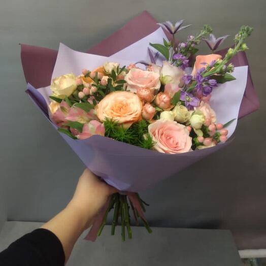 Букет из роз и маттиолы