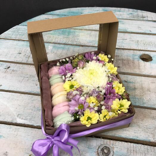 Цветы в коробке сладкий комплимент