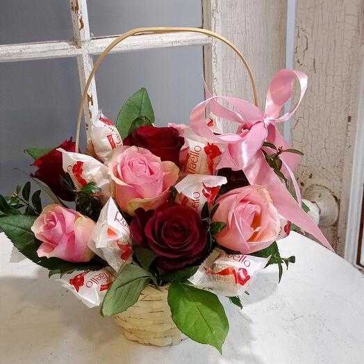 Корзина розы и рафаелло