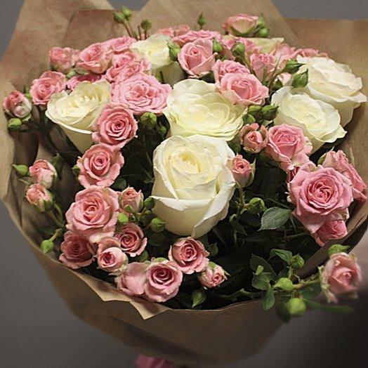 Букет 7 белых роз (70 см) и 10 веточек розовых кустовых роз, в крафте: букеты цветов на заказ Flowwow