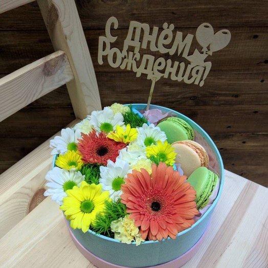 Весенняя цветочная композиция с макарунами