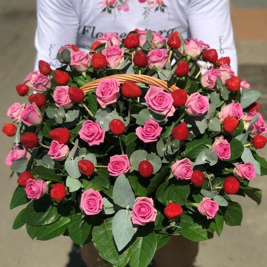 Корзины с цветами. Розовые розы. Клубника. N215: букеты цветов на заказ Flowwow