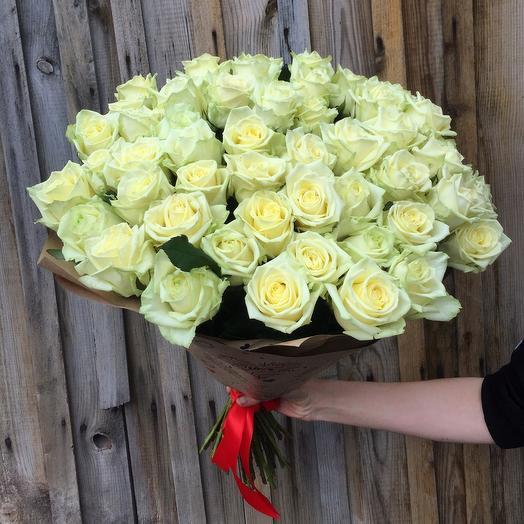 51 белая роза в крафте: букеты цветов на заказ Flowwow