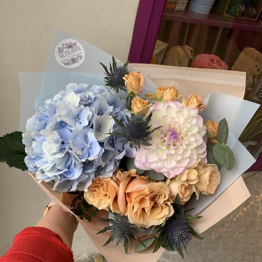 Стильный букет с гортензией в корейской упаковке: букеты цветов на заказ Flowwow