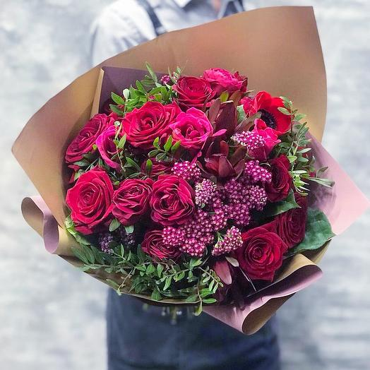 Яркий букет с розами и разнотравием: букеты цветов на заказ Flowwow