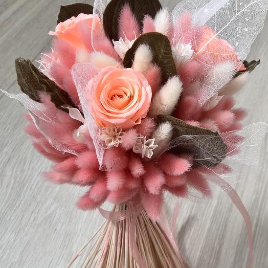 Розовый букет с листьями типучини