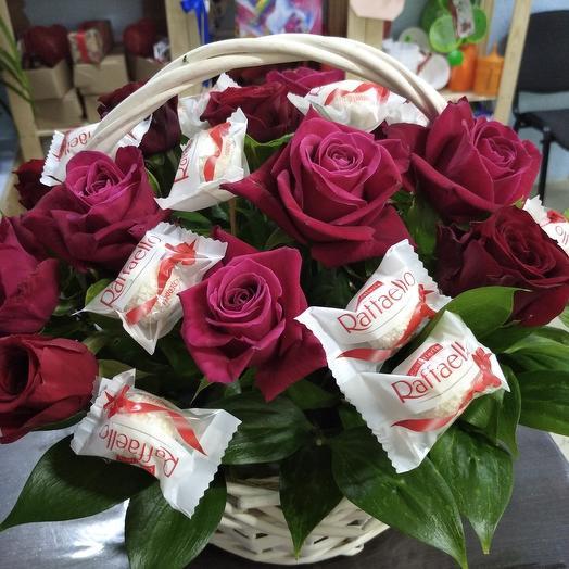 Корзина с цветами и конфетами
