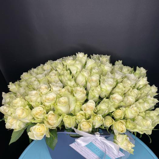 Моно букет из 101 розы в сумке вазе