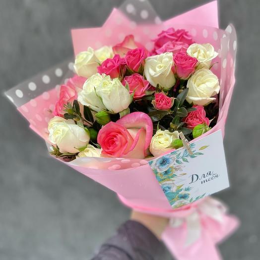 Букет кустовых белых и розовых кустовых роз и роз джумилия