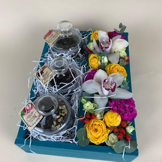 Короб с цветами и чаем