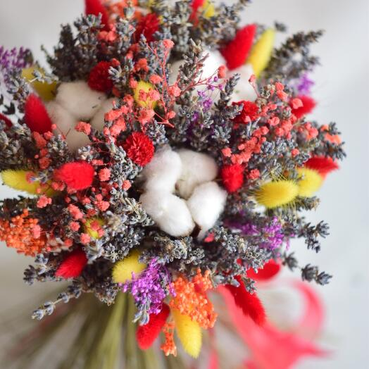 Яркий букет из сухоцветов и хлопка