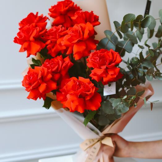 Яркий букет с красными розами