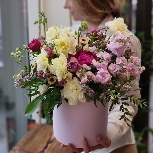 Коробка с пионами нарциссами розами