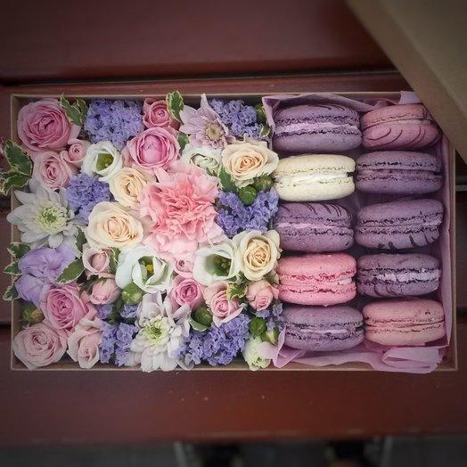 Коробочка с цветами и печеньем макаронс: букеты цветов на заказ Flowwow