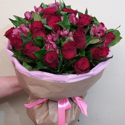 Букет из красной розы и альстермерии в крафтовом кулечке: букеты цветов на заказ Flowwow
