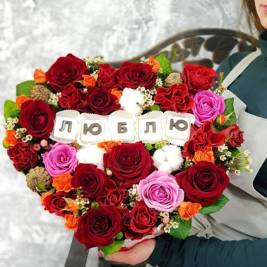 """Композиция из роз с шоколадными буквами """"Люблю"""": букеты цветов на заказ Flowwow"""