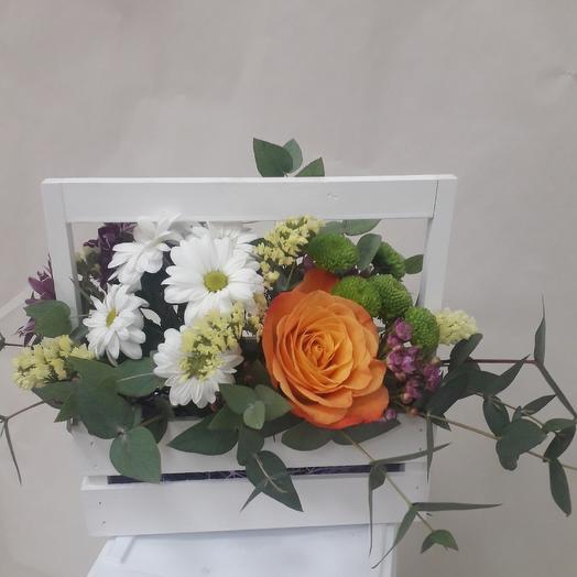 Деревянный ящик с живыми цветами