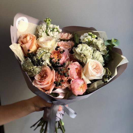 Нежный букетик с ягодами: букеты цветов на заказ Flowwow