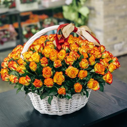 Корзина из 101 огненной розы: букеты цветов на заказ Flowwow