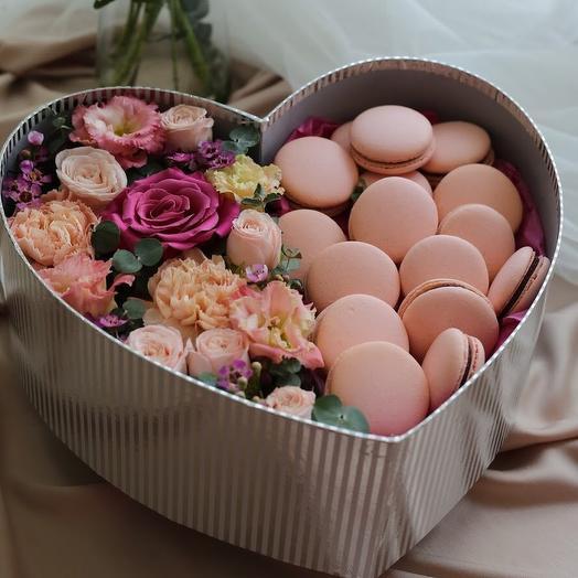Сердце с цветами и макаронс: букеты цветов на заказ Flowwow