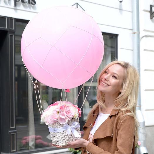 Букет в корзине с воздушным шаром