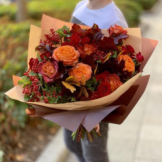 Осенний букет с французской розой и ягодами калины: букеты цветов на заказ Flowwow