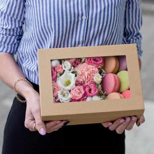«Цветы и макаруны» в крафт-коробке: букеты цветов на заказ Flowwow