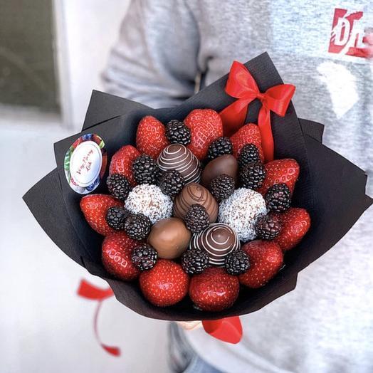 Букет из клубники в шоколаде с ежевикой