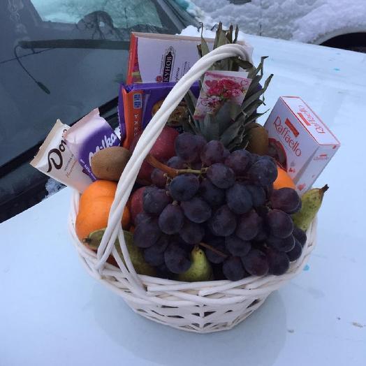 Корзина с конфетами и фруктами
