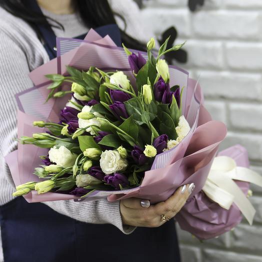 25 фиолетовых тюльпанов с эустомой в упаковке