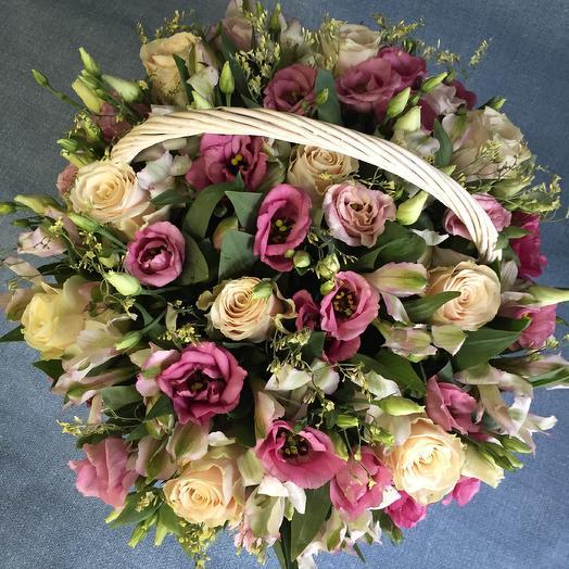 Корзина из роз и лизиантуса: букеты цветов на заказ Flowwow