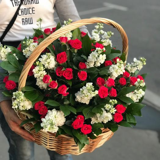 Корзина из роз и маттиолы