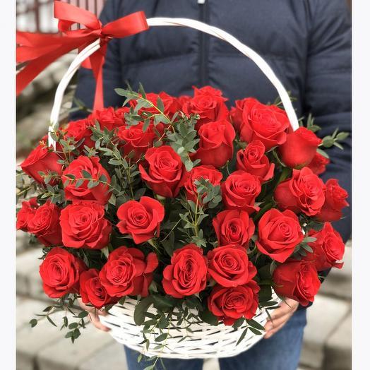 Корзина с 51 красной розой и эвкалиптом