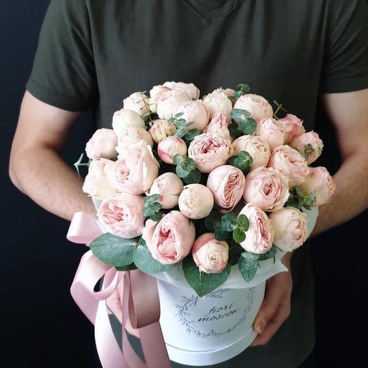 Пионовидные розы с эвколиптом