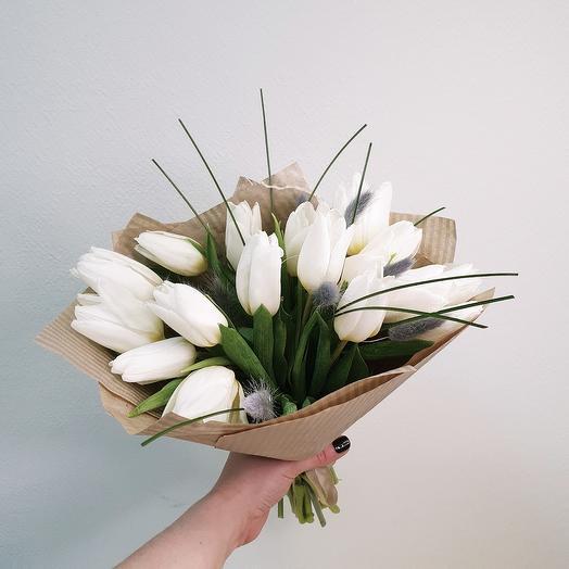 """Букет из белых тюльпанов с нежным лагурусом """"Fresh beauty"""""""